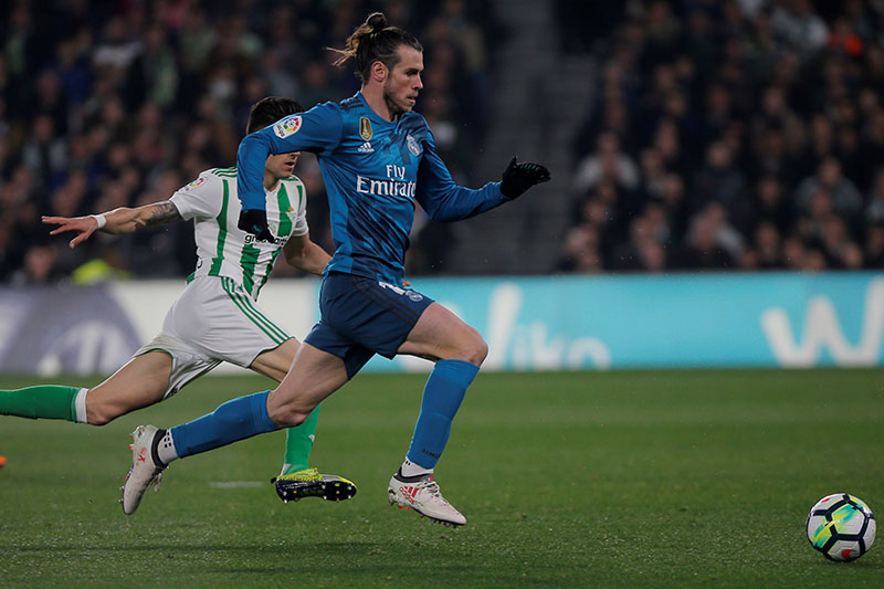 Real Madridu2019s Gareth Bale in action with Real Betis' Marc Bartra. Photo: Reuters