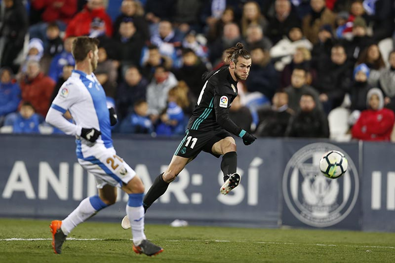Real Madrid's Gareth Bale (right), shoots the ball next to Leganes' Ruben Perez during a Spanish La Liga soccer match between Real Madrid and Leganes at the Butarque stadium in Leganes, outside Madrid, on Wednesday, February 21, 2018. Photo: AP