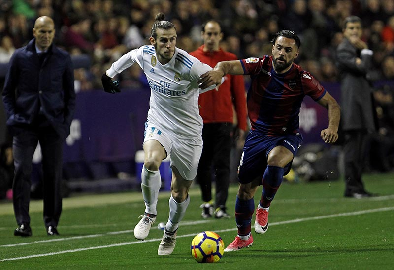 Real Madrid's Gareth Bale (left), duels for the ball with Levante's Ivan Lopez Alvarez during the Spanish La Liga soccer match between Levante and Real Madrid at the Ciutat de Valencia stadium in Valencia, Spain, on Saturday, February 3, 2018. Photo: AP