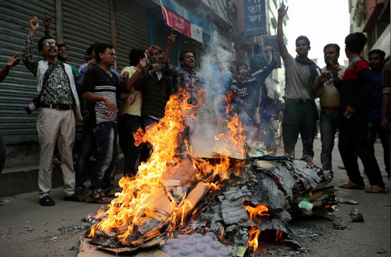 Bangladesh Nationalist Party (BNP) supporters shout slogans as they set fire during a protest in a street in Dhaka, Bangladesh February 8, 2018. Photo: Reuters