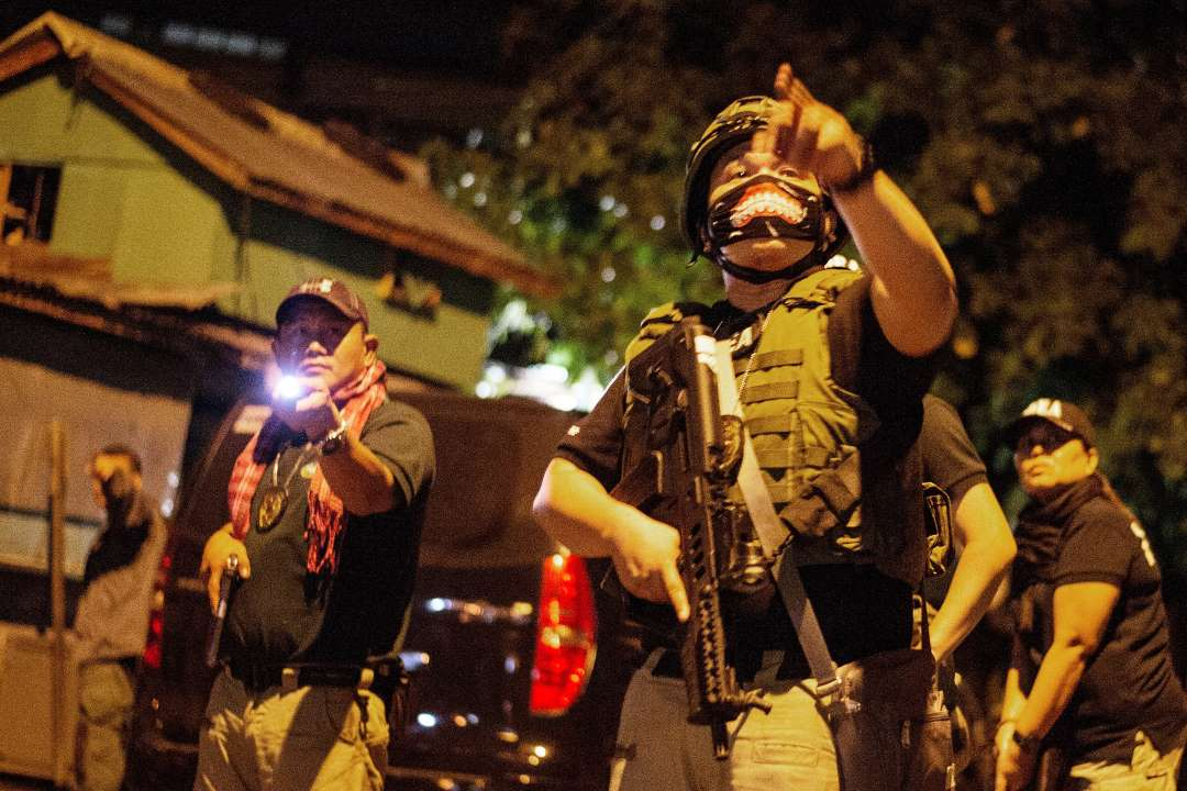 Philippine Drug Enforcement Agency (PDEA) agents and police secure part of a street as they search a house looking for a drug dealer during a drug raid in Maharlika Village, Taguig, south of Manila on February 28, 2018. The drug raid was conducted to arrest five drug dealers, but only two were captured. Philippine President Rodrigo Duterte's war on drugs has left nearly 4,000 drug suspects dead and seen human rights groups claim he was responsible for a crime against humanity. The anti-drugs campaign enjoys popular support while the fiery-tongued Duterte has rejected any criticism of his human rights record.Photo: AFP