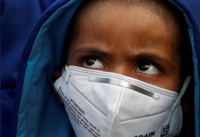 FILE - A child wears a face mask for protection from air pollution in Delhi, India November 14, 2017. Photo: Reuters