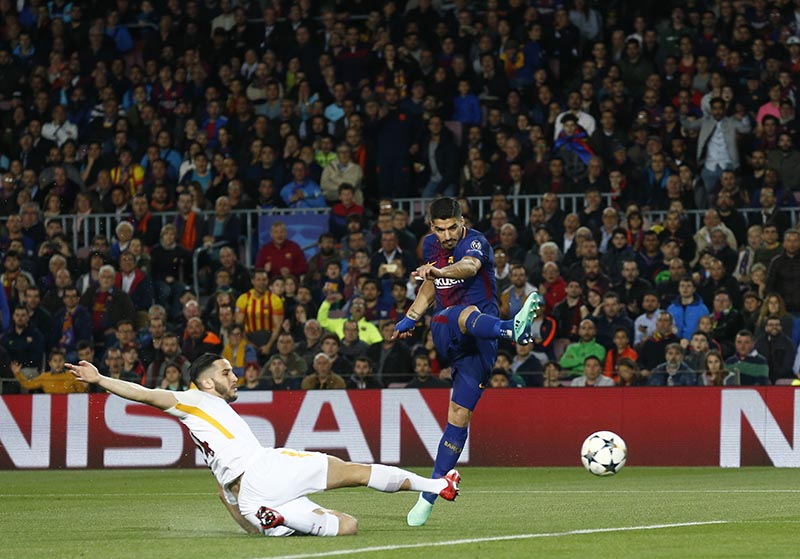 Barcelona's Luis Suarez, right, tries to score as Roma's Alessandro Florenzi tries to stop him during a Champions League quarter-final, first leg soccer match between FC Barcelona and Roma at the Camp Nou stadium in Barcelona, Spain, on Wednesday, April 4, 2018. Photo: AP