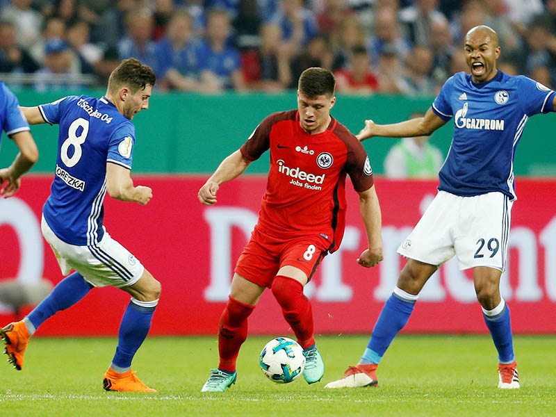Eintracht Frankfurt's Luka Jovic in action with Schalke's Leon Goretzka and Naldo. Photo: Reuters