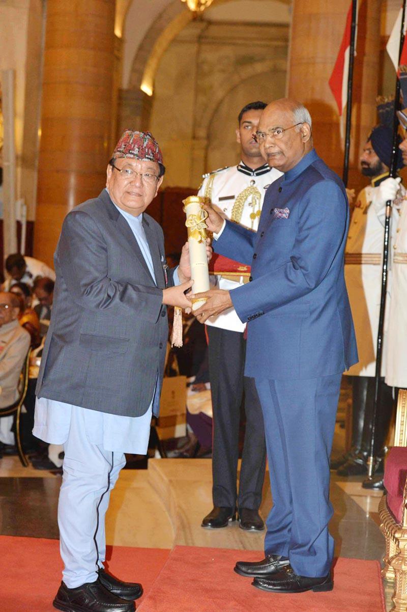 Indian President Ram Nath Kovind presents Padma Shri, the fourth highest civilian award in India, to senior ophthalmologist of Nepal Dr Sanduk Ruit, on Monday, April 2, 2018. Photo: President of India Twitter