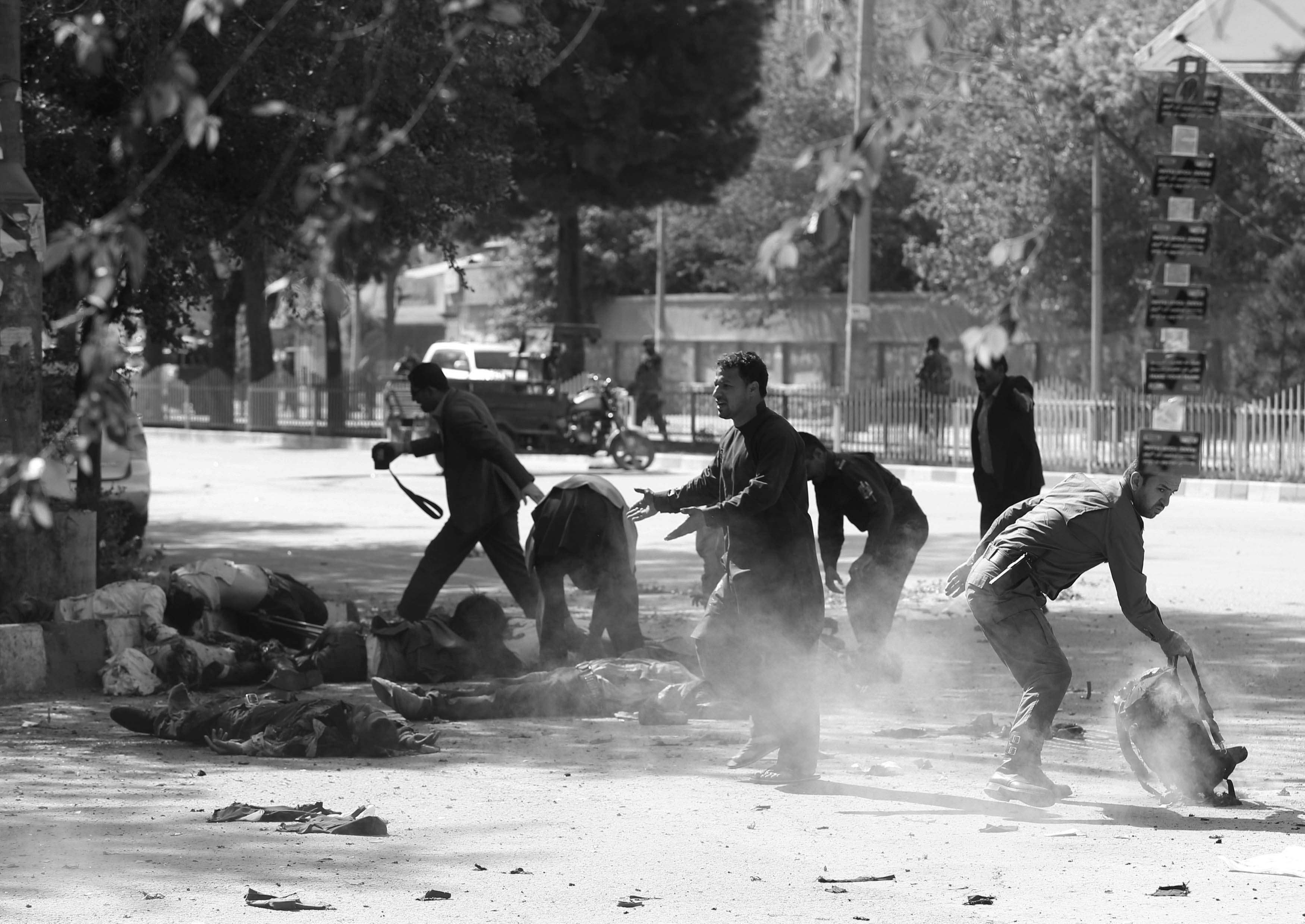 Policemen help Afghan journalists, victims of a second blast, in Kabul, Afghanistan April 30, 2018. Photo: Reuters