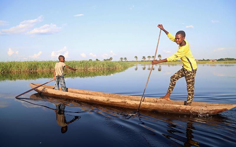 Congolese boys paddle their boat along the Congo River during the vaccination campaign aimed at beating an outbreak of Ebola in the port city of Mbandaka, Democratic Republic of Congo, on May 22, 2018. Photo: Reuters