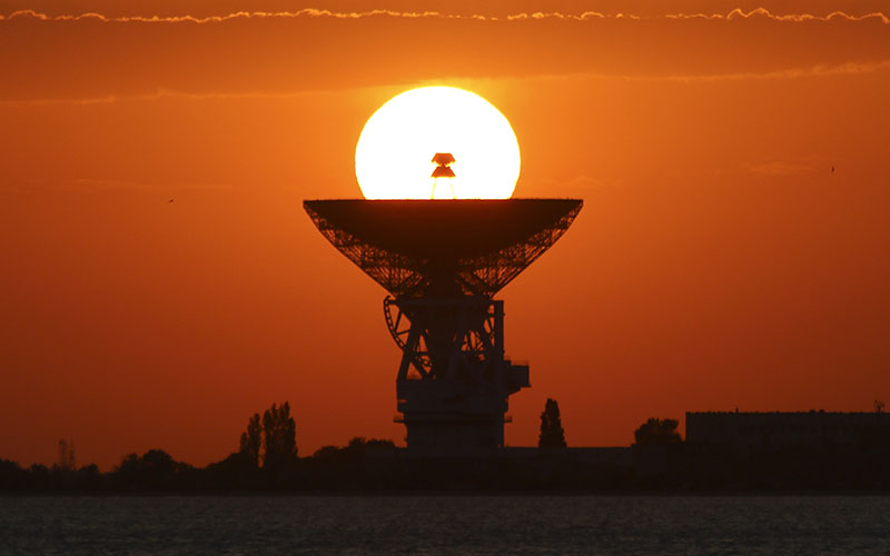 The sun sets behind the radio telescope RT-70 in the village of Molochnoye, Crimea, on May 28, 2018. Photo: Reuters