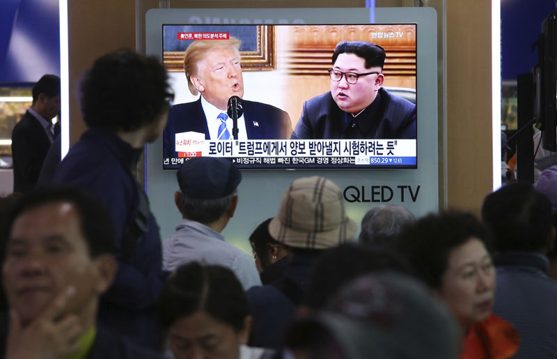 People watch a TV screen showing file footage of US President Donald Trump, left, and North Korean leader Kim Jong Un durng a news program at the Seoul Railwa Station in Seoul, South Korea, on Wednesday, May 16, 2018. Photo: Associated Press