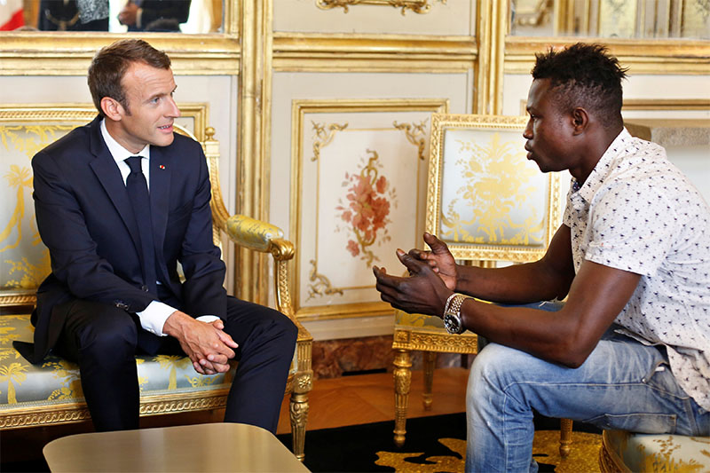 French President Emmanuel Macron (left) meets with Mamoudou Gassama, 22, from Mali, at the Elysee Palace in Paris, France, May 28, 2018. Photo: Reuters