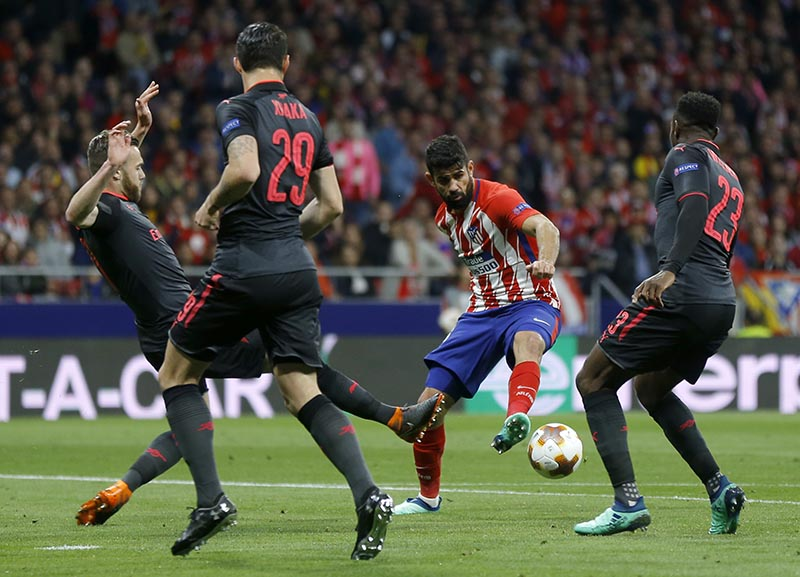 Atletico's Diego Costa, (second right), duels for the ball with Arsenal's Calum Chambers, (left), during the Europa League semifinal, second leg soccer match between Atletico Madrid and Arsenal at the Metropolitano stadium in Madrid, Spain, on Thursday, May 3, 2018. Photo: AP