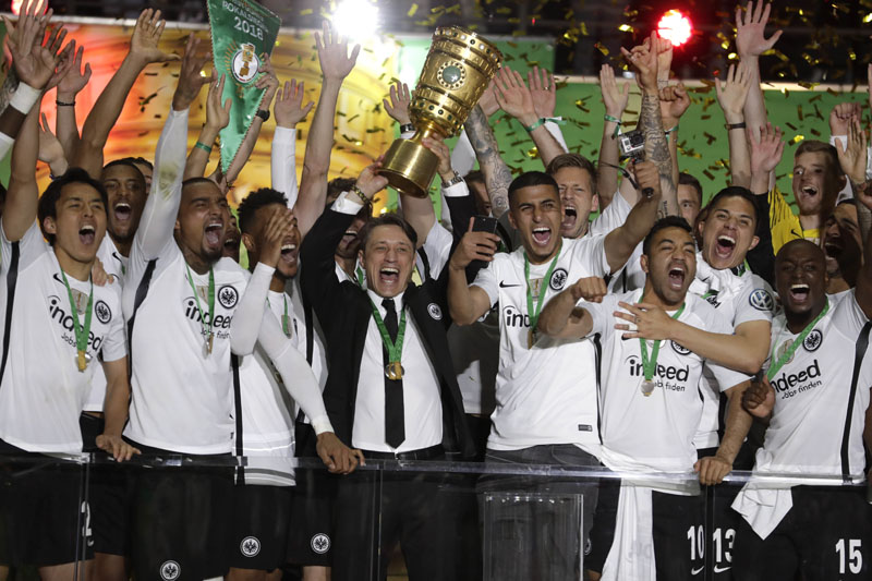 Eintracht coach Niko Kovac celebrates with the trophy after winning the German cup final match between FC Bayern Munich and Eintracht Frankfurt, in Berlin, Germany, on Saturday, May 19, 2018. Photo: Associated Press