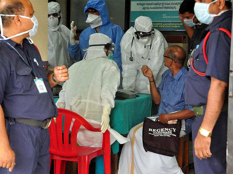 Medics wearing protective gear examine a patient at a hospital in Kozhikode in the southern state of Kerala, in India, on Monday, May 21, 2018. Photo: Reuters