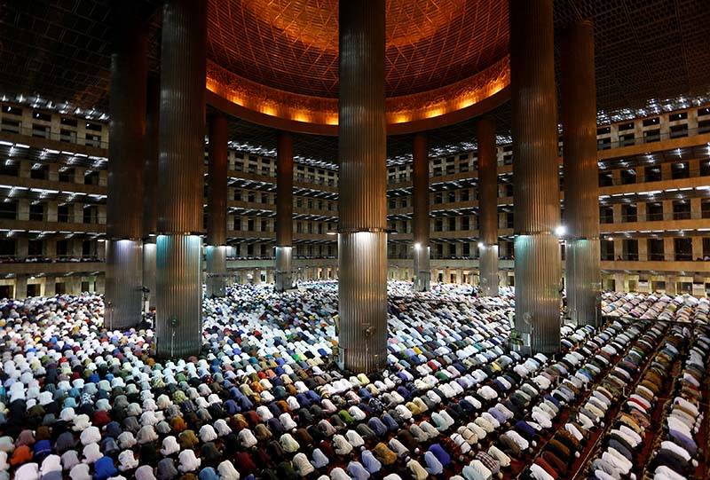 Indonesian Muslims pray at the first day of holy fasting month of Ramadan at Istiqlal mosque in Jakarta, Indonesia, on May 16, 2018. Photo: Reuters