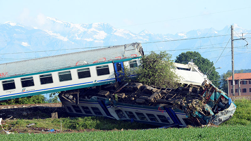 The twisted wreckage of a train that plowed into a truck last night is seen in Caluso, near Turin, Italy, on May 24, 2018. Photo: Reuters