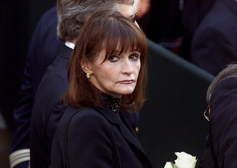 File - In this photo, actress Margot Kidder, who dated former Prime Minister Pierre Trudeau, arrives for his funeral at Notre-Dame Basilica in Montreal, Quebec on Oct. 3, 2000. Photo: AP