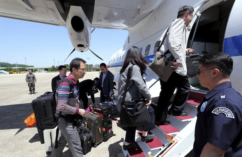 South Korean journalists board a plane to leave for North Korea, at Seoul Airport in Seongnam, South Korea, on Wednesday, May 23, 2018. Photo: AP