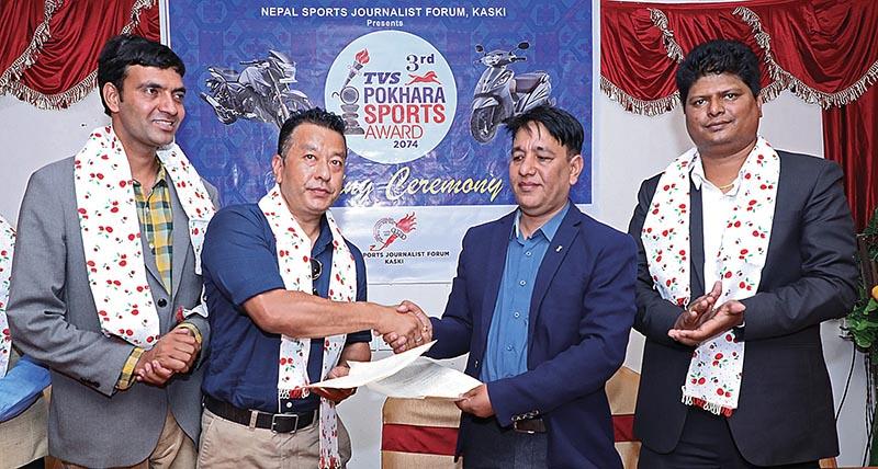 Batas Brothers Director Bipendra Raj Batas (left) and NSJF Kaski President Keshav Pathak exhanging the Memorandum of Understanding in Pokhara on Sunday. Photo: THT