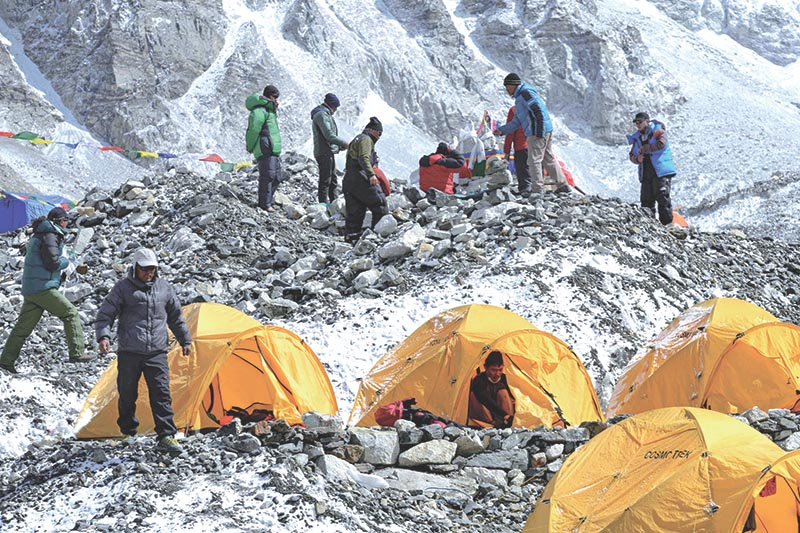 Nepali Sherpas prepare for a ritual to pay respects to Mount Everest before beginning their climb at Everest base camp, some 140 km northeast of Kathmandu, on April 25, 2018. Photo: AFP
