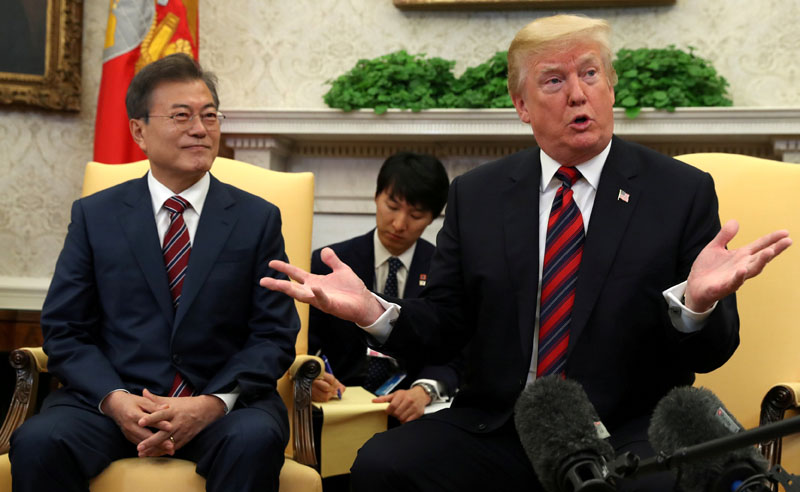 US President Donald Trump gestures as he welcomes South Korea's President Moon Jae-In in the Oval Office of the White House in Washington, US, May 22, 2018. Photo: REUTERS