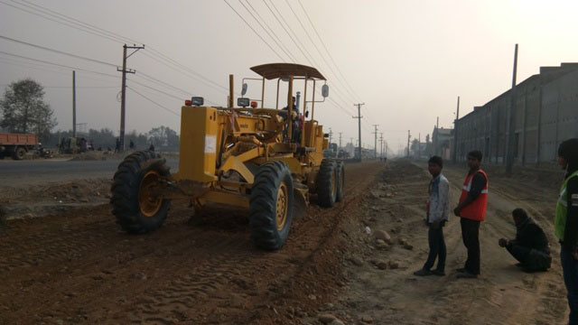A grader flattens the surface along the six-lane Pathlaiya-Birgunj commercial roadway. Photo: Pushpa Khatiwada