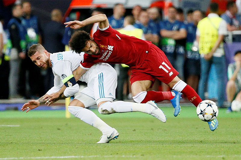 Liverpool's Mohamed Salah injures his shoulder in a challenge with Real Madrid's Sergio Ramos. Photo: Reuters