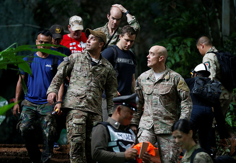 US military personnel come out from Tham Luang cave complex during a search for members of an under-16 soccer team and their coach, in the northern province of Chiang Rai, Thailand, June 28, 2018. Photo: Reuters