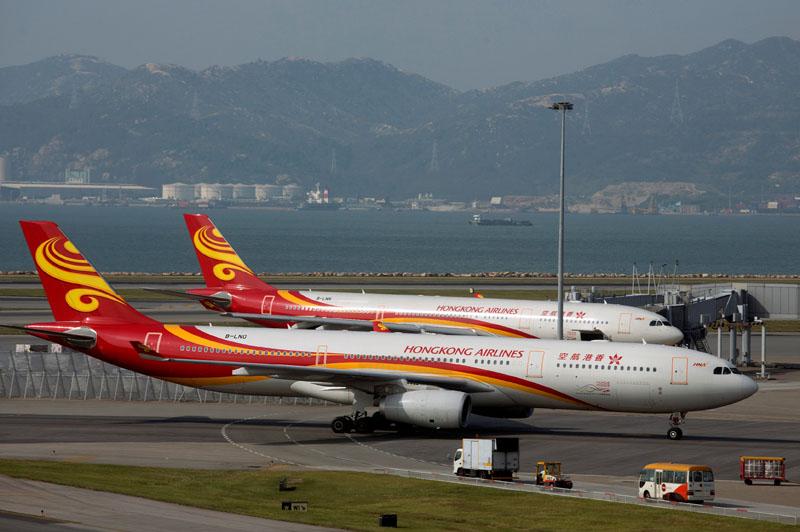 FILE PHOTO:   A Hong Kong Airlines passenger plane taxies on the tarmac at Hong Kong Airport in Hong Kong, China September 11, 2013.  REUTERS/Tyrone Siu/File Photo