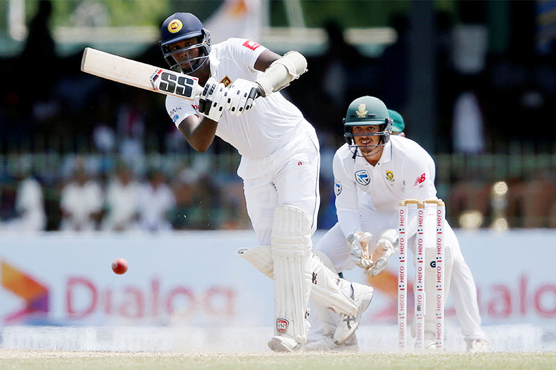 Sri Lanka's Angelo Mathews (L) plays a shot next to South Africa's wicketkeeper Quinton de Kock. Photo: Reuters