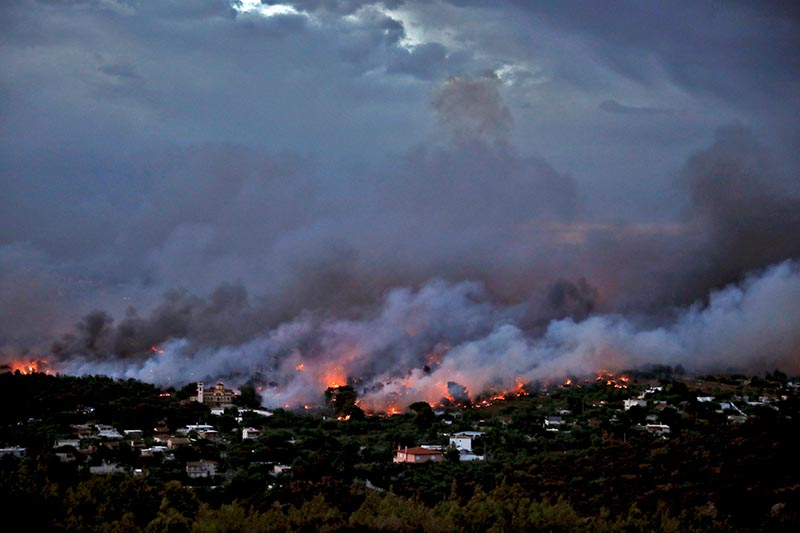 A wildfire rages in the town of Rafina, near Athens, Greece, on July 23, 2018. Photo: Reuters