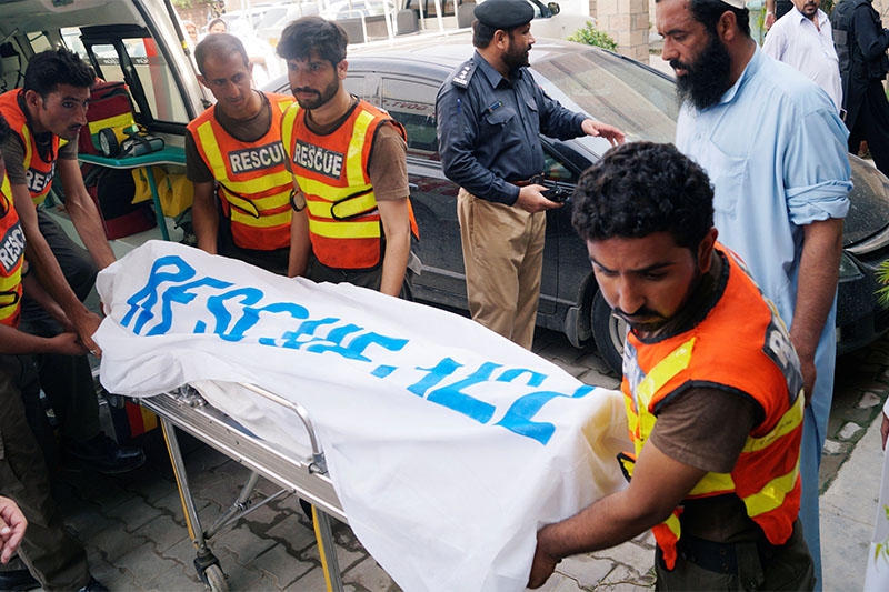Rescue workers move the body of Ikramullah Gandapur, a candidate of the Pakistan Tehreek-e-Insaf (PTI), or Pakistan Justice Movement, who was killed in a suicide attack in the northwestern province of Khyber Pakhtunkhwa, outside hospital morgue in Dera Ismail Khan, Pakistan July 22, 2018. Photo: Reuters