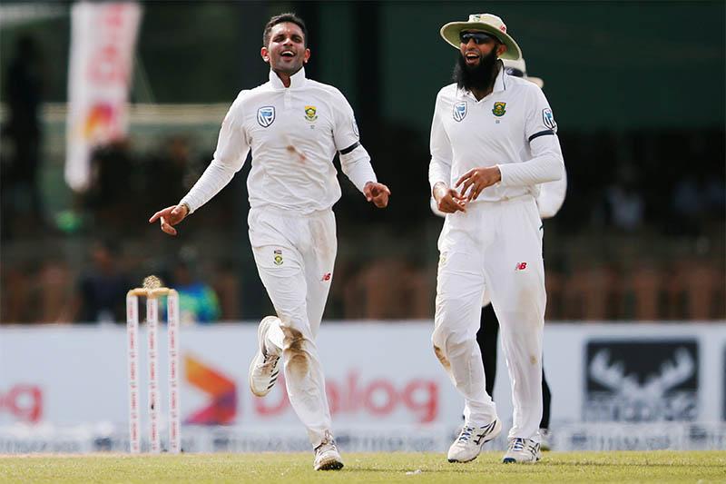 South Africa's Keshav Maharaj (L) celebrates with his teammate Hashim Amla after taking the wicket of Sri Lanka's Angelo Mathews. Photo: Reuters