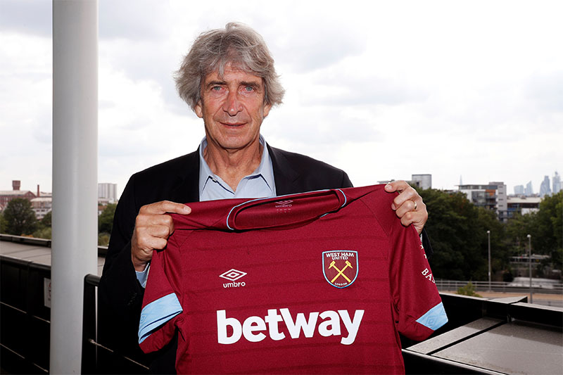 West Ham manager Manuel Pellegrini poses after the press conference. Photo: Reuters