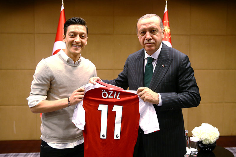 Turkish President Tayyip Erdogan meets with Arsenal's soccer player Mesut Ozil in London, Britain May 13, 2018. Photo: Reuters