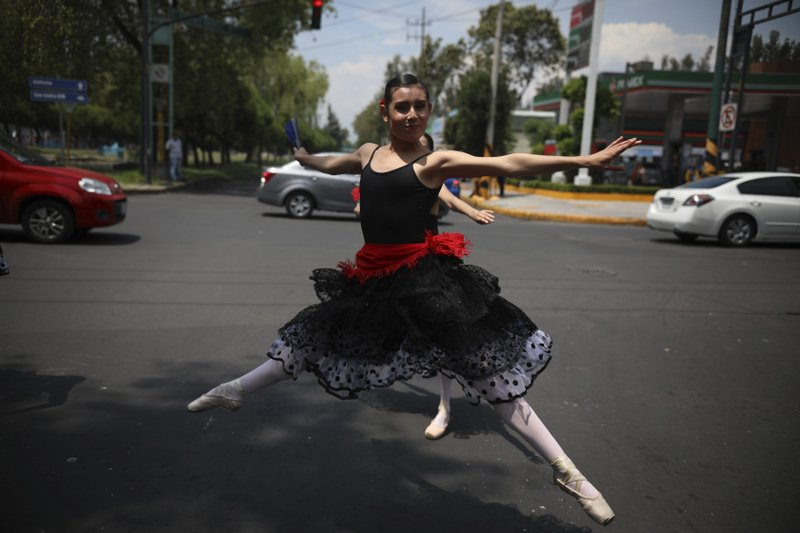 A ballerina dances at a traffic light stop, in Mexico City, on Saturday, July 28, 2018. Photo: AP