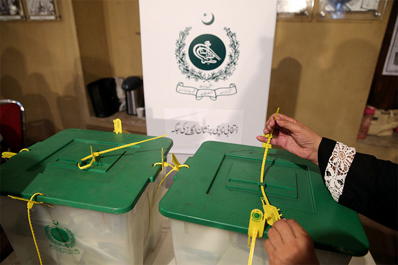 An election official seals a ballot box after polls closed at a polling station during the general election in Islamabad, Pakistan, on July 25, 2018. Photo: Reuters