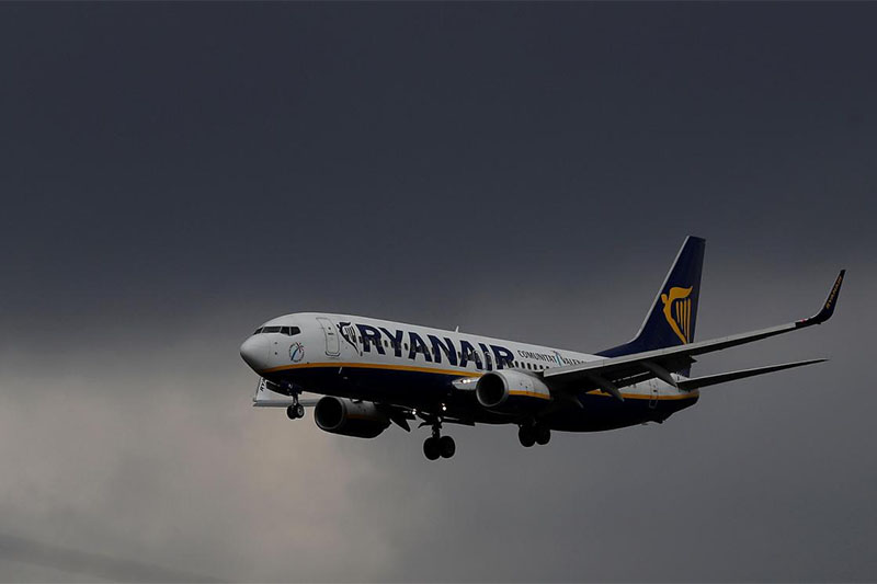 FILE PHOTO: A Ryanair plane prepares to land at Manchester Airport in Manchester, Britain, March 31, 2016.  Photo: REUTERS