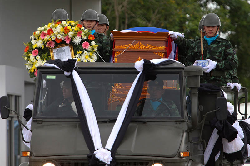 An honour guard carries the coffin of Samarn Poonan, 38, a former member of Thailand's elite navy SEAL unit who died working to save 12 boys and their soccer coach trapped inside a flooded cave, at Chiang Rai airport, Thailand, July 6, 2018. Photo: Reuters