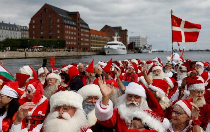 People dressed as Santa Claus wave from a canal boat as they take part in the World Santa Claus Congress, an annual event held every summer in Copenhagen, Denmark, July 23, 2018. Photo: Reuters