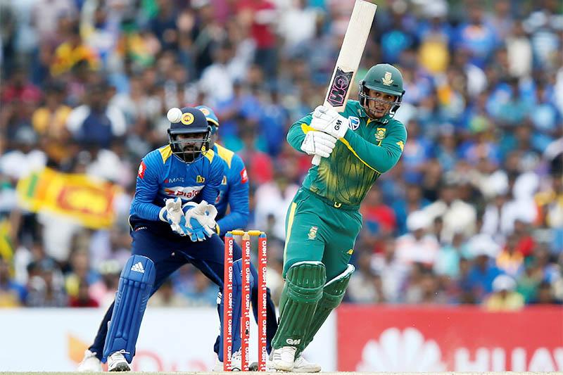 South Africa's Quinton de Kock (R)  plays a shot next to Sri Lanka's wicketkeeper Niroshan Dickwella. Photo: Reuters