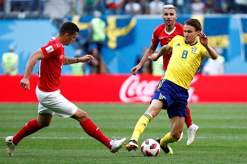 Sweden's Albin Ekdal in action with Switzerland's Granit Xhaka and Valon Behrami. Photo: Reuters