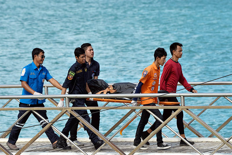 Thai Rescue workers carry the body of a victim on a stretcher, after a boat capsized off the tourist island of Phuket, Thailand, July 6, 2018. Photo: Reuters
