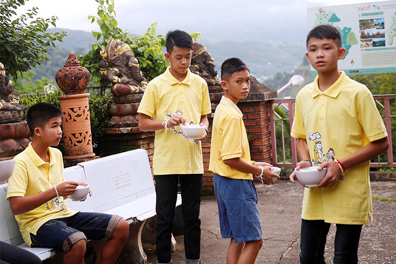 Members of the soccer team rescued from a cave, eat their breakfast during a religious ceremony, in a temple at Mae Sai, in the northern province of Chiang Rai, Thailand, July 19, 2018. Photo: Reuters