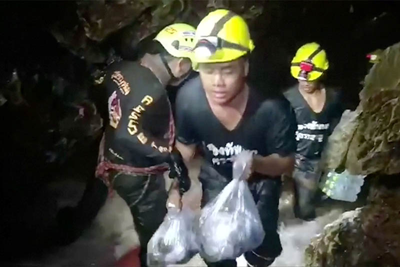 Rescuers carry supplies into the Tham Luang cave complex, where 12 boys and their soccer coach are trapped, in the northern province of Chiang Rai, Thailand, July 5, 2018. Photo: Reuters