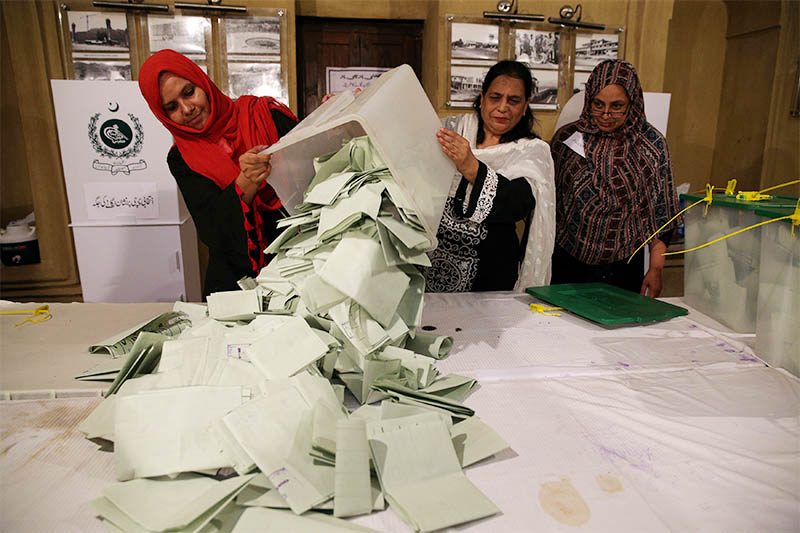 Election officials count ballots after polls closed during the general election in Islamabad, Pakistan, July 25, 2018. Photo: Reuters
