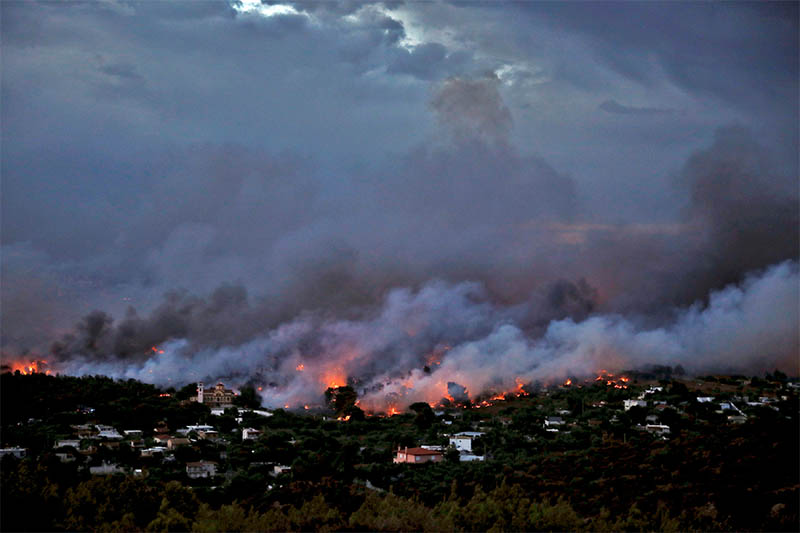 A wildfire rages in the town of Rafina, near Athens, Greece, July 23, 2018. Photo: Reuters