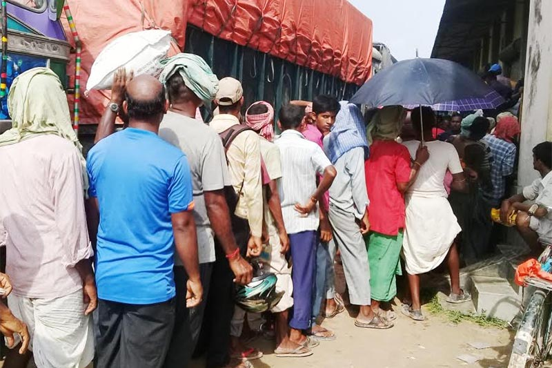 Farmers queuing to receive chemical fertiliser in District Cooperative Union, Rajbiraj, on Wednesday, August 8, 2018. Photo: THT