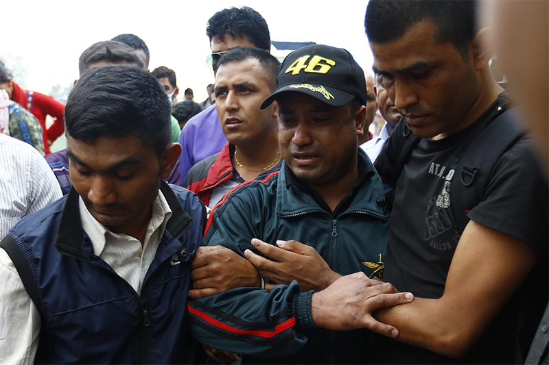 Relatives consoling Ganesh Bahadur Khadka, the father of 11-year-old Nishan Khadka, who was abducted and killed in Bhaktapur on Monday, at Pashupathi aryaghat before his last rites, in Kathmandu, on Thursday, August 9, 2018. Photo: Skanda Gautam/THT
