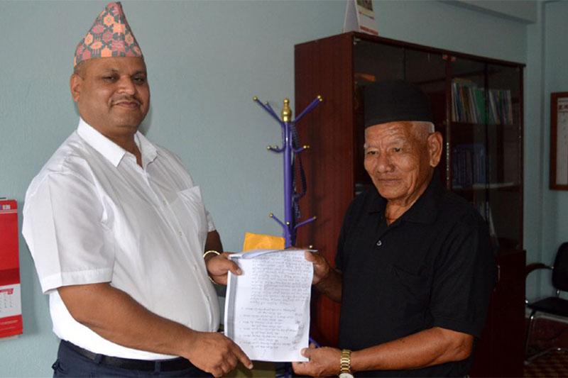 Chair of Tamu Huyla Choj Dhi Gurung National Council, Hum Bahadur Gurung, submits a memorandum to the Chief District Officer Jhanka Nath Dhakal on Monday, August 6, 2018. Photo: Ramji Rana