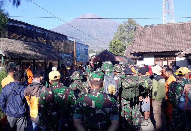 File - In this photo, Indonesian soldiers and rescue team gather to prepare for evacuating tourists from Mount Rinjani, seen in the background, at Sembalun in East Lombok, Indonesia on uly 30, 2018. Photo: AP